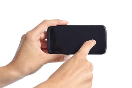 Les mains de femme touchant l'écran d'un smartphone isolé sur un fond blanc