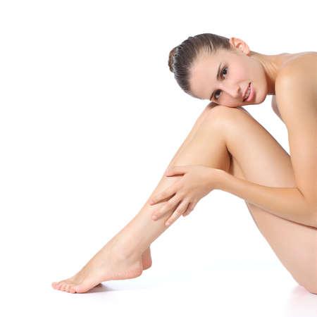depilacion con cera: Mujer perfecta posando con las piernas largas aisladas sobre un fondo blanco Foto de archivo