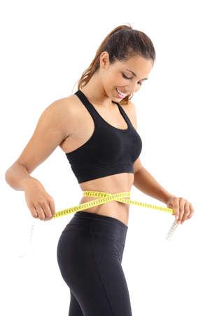 운동가는 흰색 배경에 고립 된 측정 테이프와 그녀의 허리를 측정