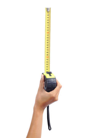 cintas metricas: Mano de mujer con una cinta métrica metálica aislada en un fondo blanco