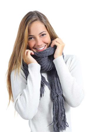 maglioni: Felice bella donna che mantiene calda in un maglione in un freddo inverno isolato su uno sfondo bianco