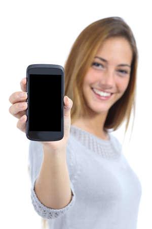 幸せなきれいな女性、白い背景で隔離された空白のスマート フォンの画面を表示
