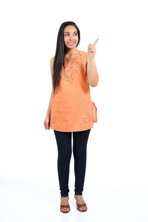 Mooie Arabische casual vrouw wijzend boven presenteren geïsoleerd op een witte achtergrond Stockfoto - 22486268