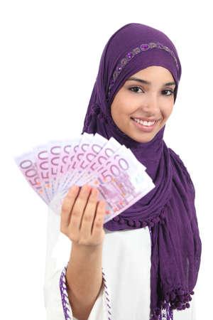 femmes muslim: Belle femme arabe tenant et montrant l'argent isolé sur un fond blanc Banque d'images