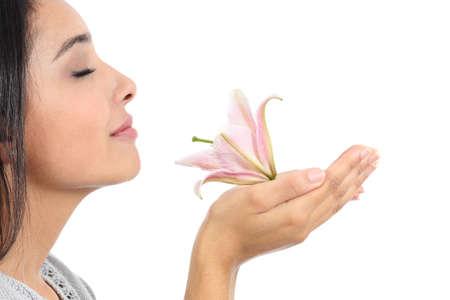 ピンクの花の臭いがする美しい女性プロファイルのクローズ アップ