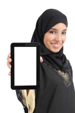分離された空白垂直タブレット画面を提示して美しいのアラブ女性、白で隔離されます。