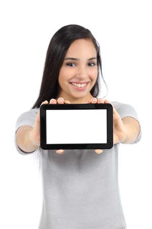 빈 수평 태블릿 화면을 보여주는 예쁜 여자는 흰색 배경에 고립
