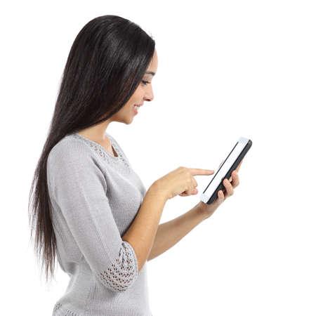 白い背景に分離されたタブレットのネットワーク メディアを参照して美しい女性のプロフィール