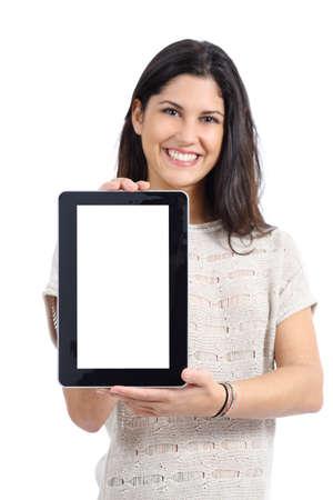 큰 빈 태블릿 화면을 보여주는 매력적인 여자는 흰색 배경에 고립