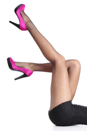 Mooie vrouw benen met fuchsia hoge hakken en zwarte panty omhoog geïsoleerd op een witte achtergrond Stockfoto