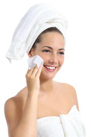 美しい女性の白い背景で隔離の赤ちゃんワイプと彼女の顔の洗浄