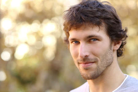 attraktiv: Gesichtsportrait einer attraktiven erwachsenen Mann mit einem warmen Hintergrund unscharf