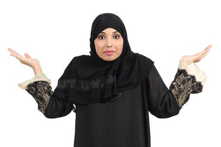 fille arabe: Femme arabe douter et gesticulant isolé sur un fond blanc