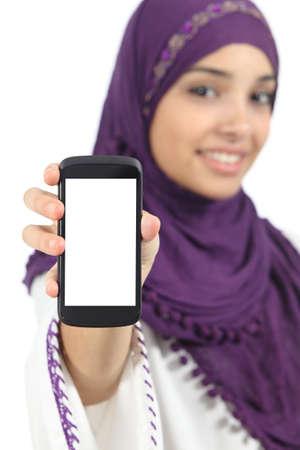 fille arabe: Femme arabe affichant un écran de téléphone intelligent blanc app isolé sur un fond blanc