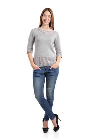 confianza: Hermosa modelo de mujer de pie posando con las manos en los bolsillos aislados sobre un fondo blanco