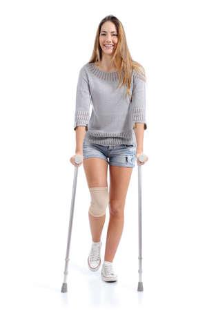 白い背景で隔離の松葉杖で歩く女性の正面図