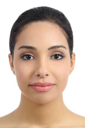 labbra sensuali: Vista frontale di una donna liscio viso con labbra sensuali isolati su uno sfondo bianco