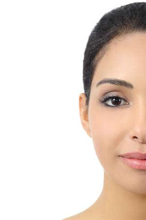 half and half: Medio facial retrato frontal de una cara lisa mujer aislada en un fondo blanco