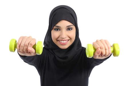 Arabische vrouw die gewichten fitness concept geà ¯ soleerd op een witte achtergrond