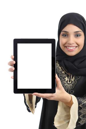 fille arabe: Femme arabe montrant une application d'affichage de la tablette isol� sur un fond blanc