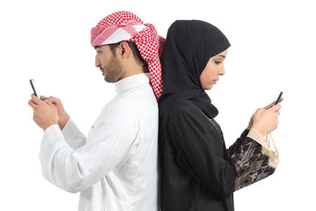 アラブ カップルの白い背景で隔離のスマート フォンにはまって