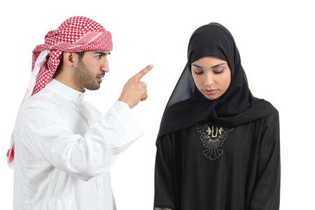 celos: Pareja �rabe con un hombre discutiendo con su mujer aislada en un fondo blanco