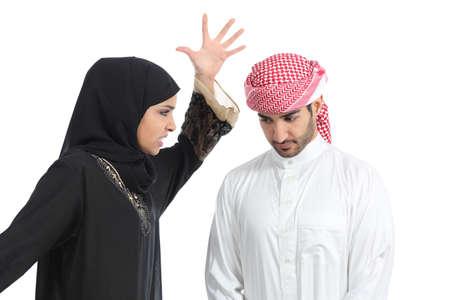 Pareja árabe con una mujer discutiendo con su esposo aislado en un fondo blanco Foto de archivo