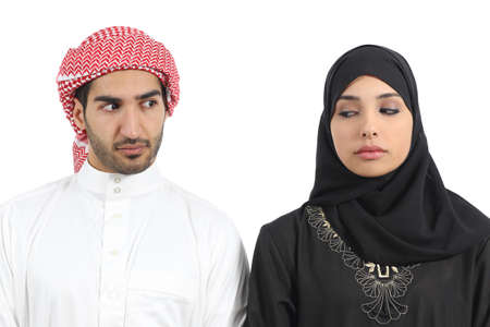 desconfianza: Arabia pareja �rabe enojado con problemas aislados en un fondo blanco Foto de archivo