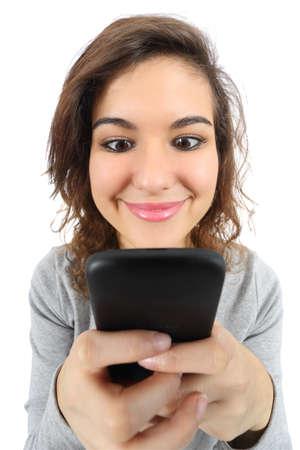 Brede hoek mening van een mooie tiener meisje blij met een slimme telefoon geïsoleerd op een witte achtergrond