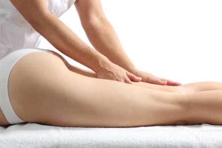 mujer celulitis: Vista lateral de una mujer de piernas de recibir una terapia de masaje aislado en un fondo blanco