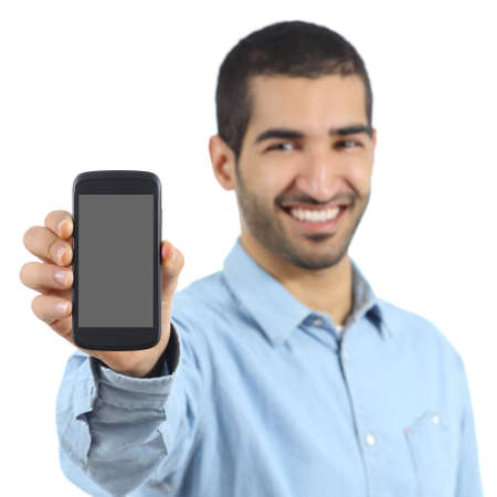 hombre arabe: Casual hombre árabe que muestra una aplicación de teléfono móvil aisladas sobre un fondo blanco Foto de archivo