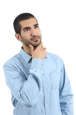 Casual hombre árabe pensando y mirando arriba aislados en un fondo blanco