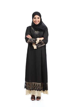 mujer cuerpo completo: Mujer saudi árabe posando de pie feliz aislado en un fondo blanco