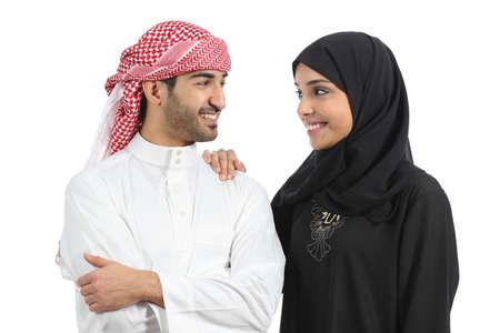 coppia amore: Arabia coppia arabo matrimonio guardando con amore isolare don sfondo bianco