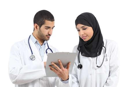 consulta médica: Médicos árabes sauditas diagnosticar buscando un historial médico aislado en un fondo blanco