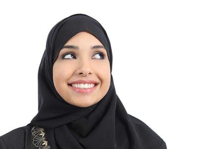 白い背景上に分離されて上記の広告を探している美しいアラブ女性顔