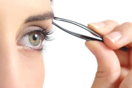 cejas: Cerca de un ojo de la mujer y una mano cejas desplume aislados en un fondo blanco