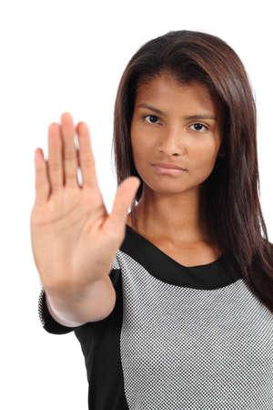 racismo: Hermosa mujer afroamericana haciendo parada gesto con la mano aislado en un fondo blanco Foto de archivo