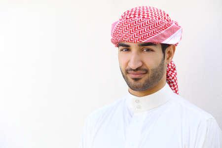 Portret van een Arabische saudi mens openlucht op een witte muur Stockfoto