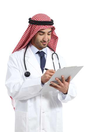 historia clinica: �rabe m�dico de hombre saudi obrera escrito en una historia cl�nica aislada en un fondo blanco Foto de archivo