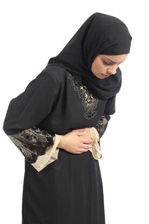 diarrea: Mujer emiratos saudi árabe con dolor de estómago aislado en un fondo blanco