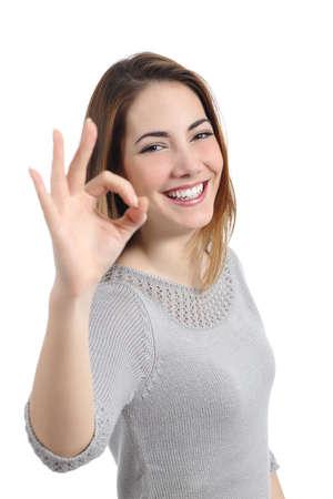 gestos: Mujer feliz haciendo un gesto ok aislado en un fondo blanco Foto de archivo