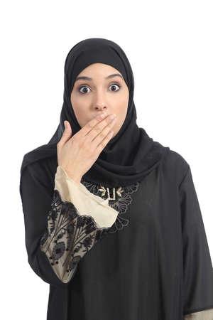 白い背景上に分離されて彼女の手で彼女の口をカバーするアラブ サウジアラビア首長国連邦の女性