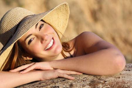 white smile: Ritratto di una donna felice, sorridente con il sorriso perfetto bianco con una luce calda e lo sfondo