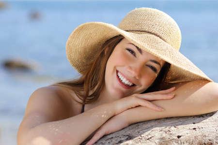 cerca: Retrato de una mujer dulce con una sonrisa blanca y perfecta con el mar de fondo Foto de archivo