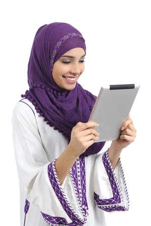 Arabische gelukkige vrouw het lezen van een tablet-lezer die op een witte achtergrond