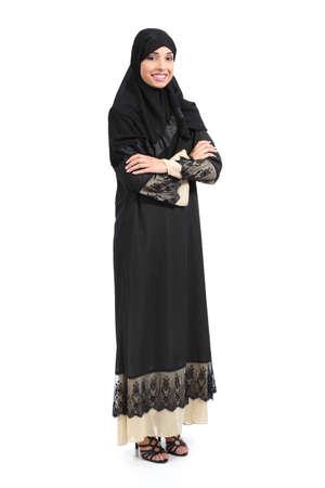 lleno: �rabe cuerpo completo mujer saudi posando conf�a aislado sobre un fondo blanco