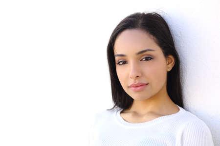 分離した白い壁の背景に、アラブの女性の肖像画 写真素材