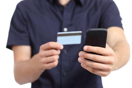Man handen winkelen op de smart phone met een creditcard die op een witte achtergrond Stockfoto