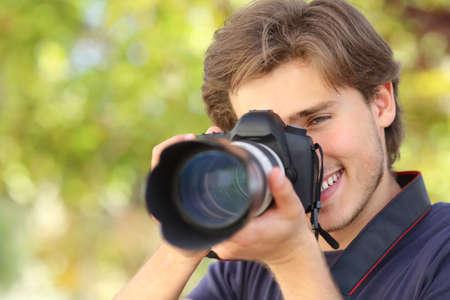 写真撮影とデジタル一眼レフのデジタル カメラは緑の背景と学習